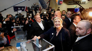 Марин Ле Пен голосует на партийном конгрессе в Лилле, Франция, 10 марта 2018 года.
