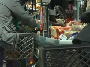 Les Italiens ont fait le plein de victuailles et de produits de base dans les supermarchés et commerce après l'annonce du gouvernement d'un confinement de tous le pays.