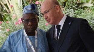 le commissaire à la paix et à la sécurité de l'Union africaine Smaïl Chergui, ici en conversation avec l'ancien président du Nigeria, Olusegun Obasanjo.