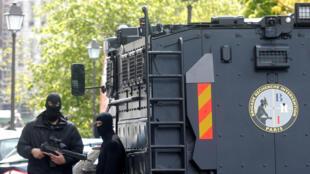 Les hommes de la BRI se sont déployés autour du palais de justice à Paris où Salah Abdeslam est entendu par les juges ce mercredi.