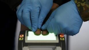 Процедура снятия отпечатков пальцев в центре регистрации мигрантов в Эрдинге, Германия, 27 января 2016.