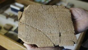 گلنبشتهها به خط میخی و زبان عیلامی نوشته شدهاند و از مهمترین دستاوردهای باستانشناسی دوره هخامنشی است..