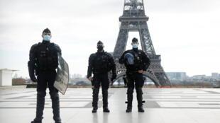 11月21日法國警察在人權廣場上,背後是埃菲爾鐵塔
