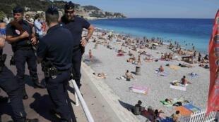 Cảnh sát Pháp tuần tra dọc theo đại lộ Promenade des Anglais ở Nice, nơi bị khủng bố bằng xe tải tối 14/7. Ảnh chụp ngày 17/07/2016.