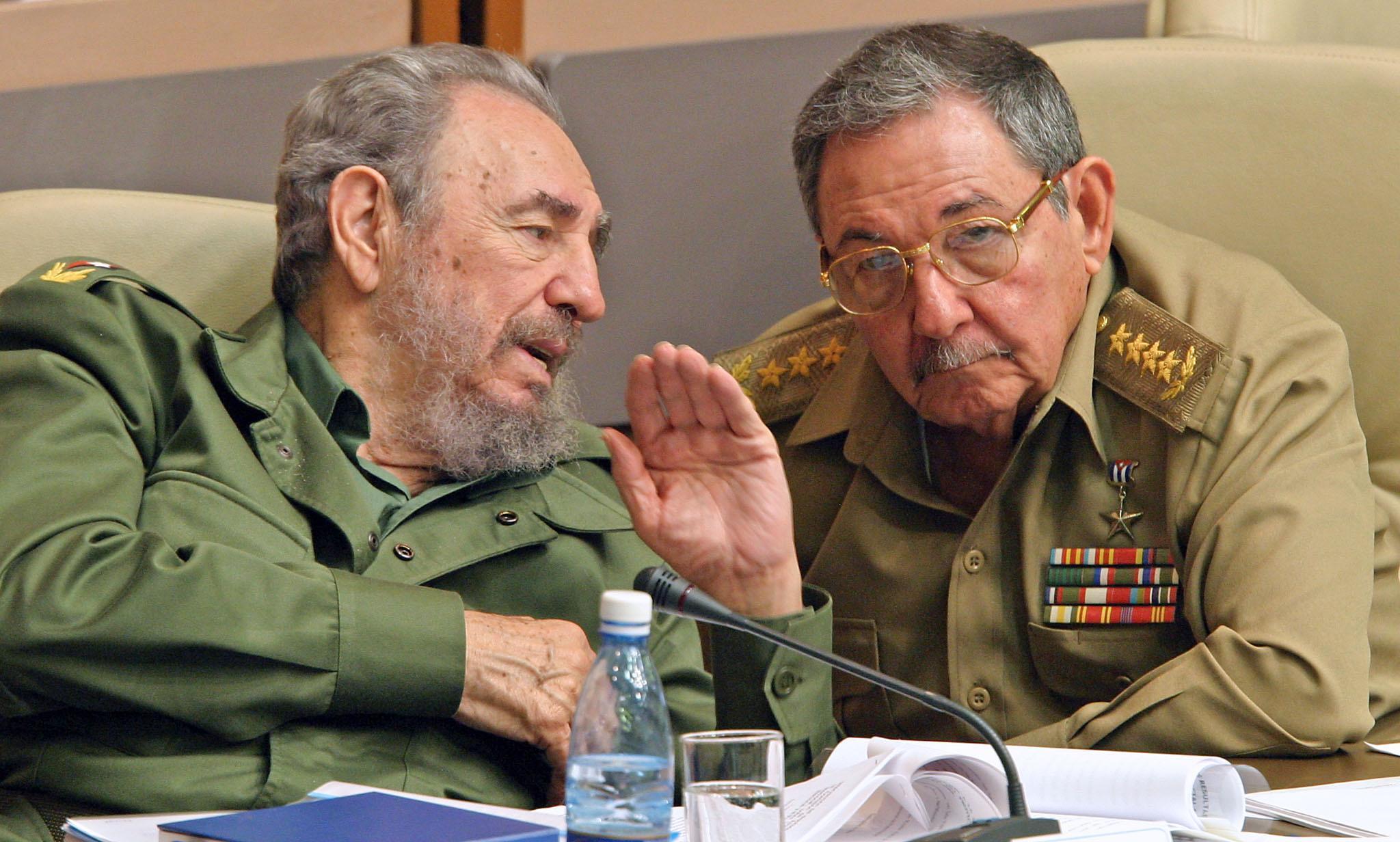 Fidel Castro akiwa na kaka yake Raul Castro wakati huo akiwa Waziri wa Ulinzi, mwezi Desemba 2003, katika kikao cha Bunge la Cuba..