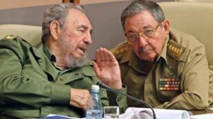Le président cubain Fidel Castro et son frère Raul, alors ministre de la Défense, en décembre 2003, durant une session du Parlement.