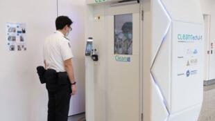 Une personne est désinfectée de la tête aux pieds en moins d'une minute Aéroport de Hongkong