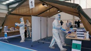 Personal médico con indumentaria protectora realizan pruebas rápidas de antígenos para detectar el coronavirus, el 21 de noviembre de 2021 en la ciudad española de Burgos, en Castilla y León