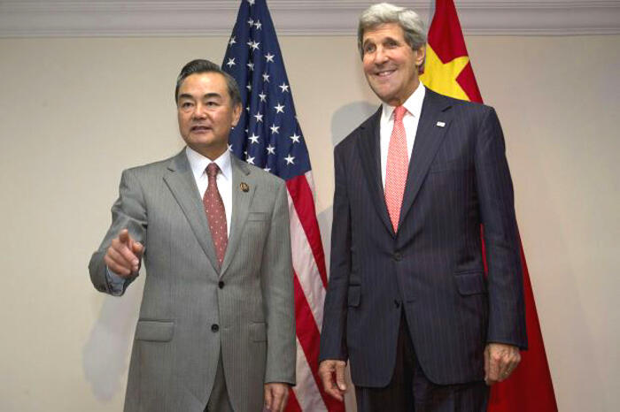 Le secrétaire d'Etat américain John Kerry (d) et son homologue chinois Wang Yi.