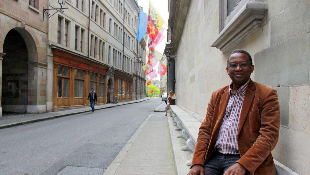 Alpha Oumar Dramé, premier élu noir de la ville devant l'Hôtel de Ville de Genève.