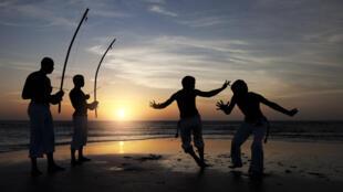 Si la capoeira est née outre-Atlantique, là-bas à l'ouest, ses racines sont africaines.