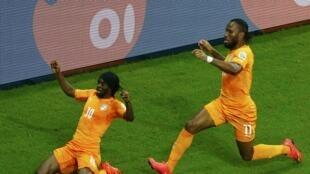 Mchezaji wa Ivory Coast, Gervinho akishangilia bao na mwenzake, Didier Drogba.