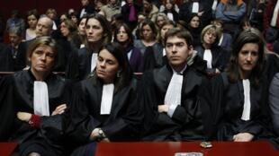 Toutes les personnes, comme les juges et les avocats, qui concourent à une procédure judiciaire sont tenues au secret professionnel.