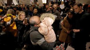 Một người Iran gặp lại người thân sau khi bị giữ tại phi trường Logan Airport, Boston, theo lệnh cấm người Hồi giáo nhập cảnh của Donald Trump. (Ảnh chụp ngày 28/01/2017)