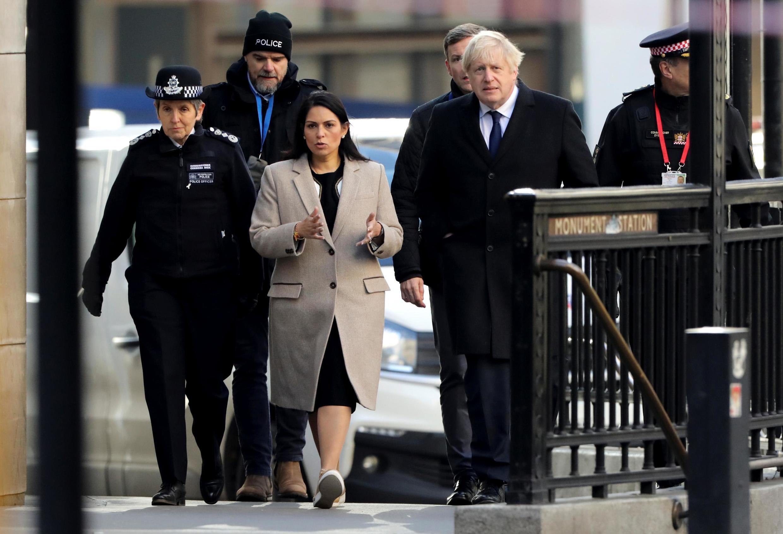 Từ phải sang: Thủ tướng Anh Boris Johnson, bộ trưởng Nội Vụ Priti Patel và cảnh sát trưởng Cressinda Dick đến hiện trường vụ khủng bố ngày 30/11/2019.