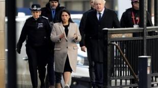 O Primeiro- ministro Boris Johnson, a ministra do Interior Priti Patel e a chefe daPolícia Metropolitana Cressinda Dick, dirigem-se para o local do ataque  terrorista em  London Bridge.  30 de Novembro de 2019
