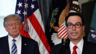 Steve Mnuchin (droite), le secrétaire américain au Trésor approuve la grande réforme fiscale de Donald Trump qui, selon lui, permettrait de multiplier par 2 la croissance américaine.