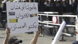 Le Caire, 24 mars 2012. Un manifestant brandit un panneau indiquant «Nous ne sommes pas morts pour que les Frères musulmans écrivent la Constitution».