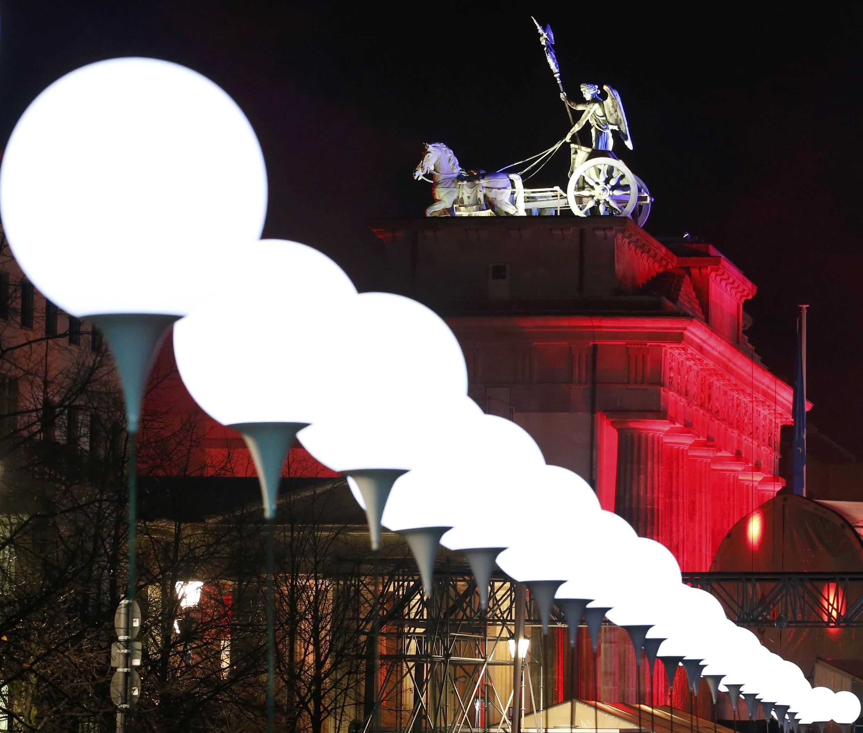 Cổng Brandebourg là một trong những biểu tượng của thành phố Berlin. Các quả bóng tượng trưng cho Bức tường được thả lên trời tối 09/11/2014, biểu thị cho một hành động mở cửa biên giới mới.