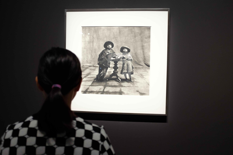 """Un visiteur regarde au Grand Palais une photo d'Irving Penn : """"Cuzco Children [Enfants de Cuzco], 1948."""
