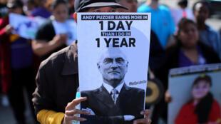 Trabalhadores da rede de restaurantes de Andrew Puzder protestam contra sua indicação à pasta do Trabalho no governo americano na Califórnia, em 13 de fevereiro de 2017.