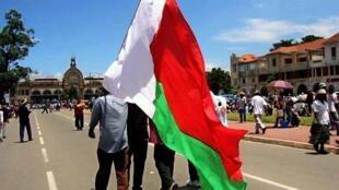 Le rouge correspondrait à la victoire, à la couleur de la terre et des maisons malgaches ou encore au sang du zébu. Le blanc, lui, représenterait désormais la paix et la liberté. Quant au vert, il désignerait les plantations et les forêts malgaches.