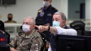 Le ministre turc de la Défense Hulusi Akar suit le déploiement de l'opération «Griffe d'aigle», le 14 juin 2020.