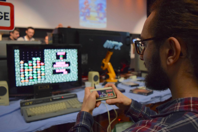Raphaël, passionné de « rétrogaming » de 24 ans, est venu à la convention « Retro Gaming Play » à Meaux, le 24 février, pour découvrir de nouvelles consoles rétro. L'expérience de jeu est selon lui plus « authentique ».