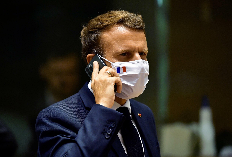 马克龙在一场欧盟峰会上通话的照片,摄于2020年7月