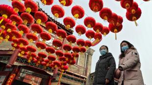 Ruas decoradas em Pequim para o Ano Novo chinês, que este ano é celebrado em clima de pandemia, com as autoridades pedindo que a população não deixe suas cidades.