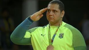 Rafael Silva no pódio dos Jogos do Rio 2016 para receber sua medalha de bronze.