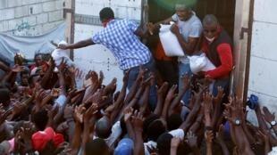 海地首都王子港领救济食品的人群,2020 4月6日