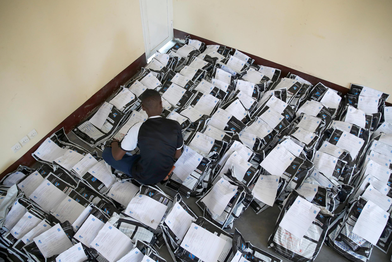 Du matériel électoral entreposé dans un centre de la Céni congolaise à Kinshasa, le 3 janvier 2019.