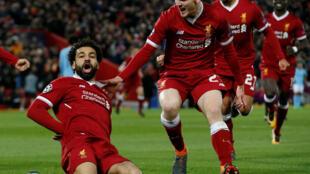 O avançado egípcio Mohamed Salah (centro), acompanhado pelos seus colegas do Liverpool que golearam o Manchester City por 3-0.