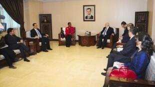 Valérie Amos (e), chefe das atividades humanitárias da ONU, ao lado do chefe da diplomacia síria, Walid el-Moualem (d), em Damasco.