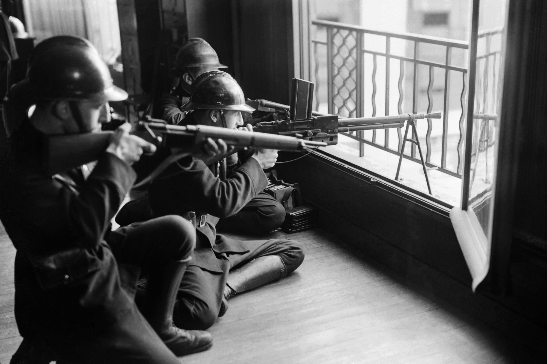 Gendarmes disparan contra las tropas alemanas en París, en agosto de 1944.
