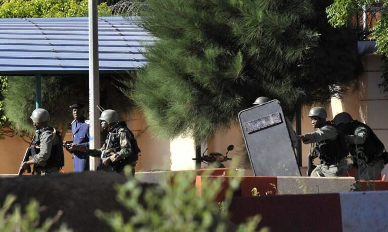 Les troupes maliennes se déploient autour de l'hôtel Radisson Blu de Bamako.