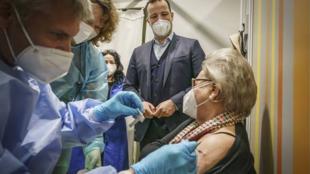 640x410_ministre-allemand-sante-jens-spahn-assistant-vaccination