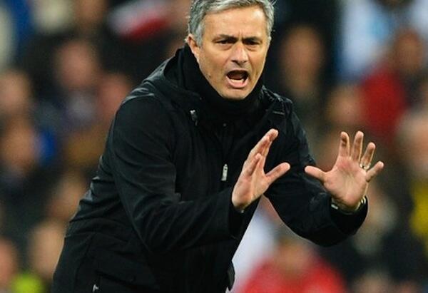 Kocha Mkuu wa Real Madrid Jose Mourinho akiwa maelezo kwa wachezaji wake wakati wa mchezo ukiendelea