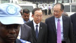 Ban Ki-moon, secrétaire général des Nations unies, dans les rues de Goma, ce jeudi 23 mai, aux côtés du président de la Banque mondiale, Jim Yong Kim.