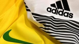 Playeras de fútbol de Nike y Adidas.