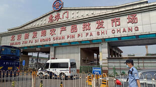 بازار بزرگ عمدهفروشی در پکن که به علت مشاهده موارد جدیدی از ابتلا به ویروس کرونا به صورت تعطیل درآمد. شنبه ۲۴ خرداد/ ۱۳ ژوئن ۲۰۲۰.