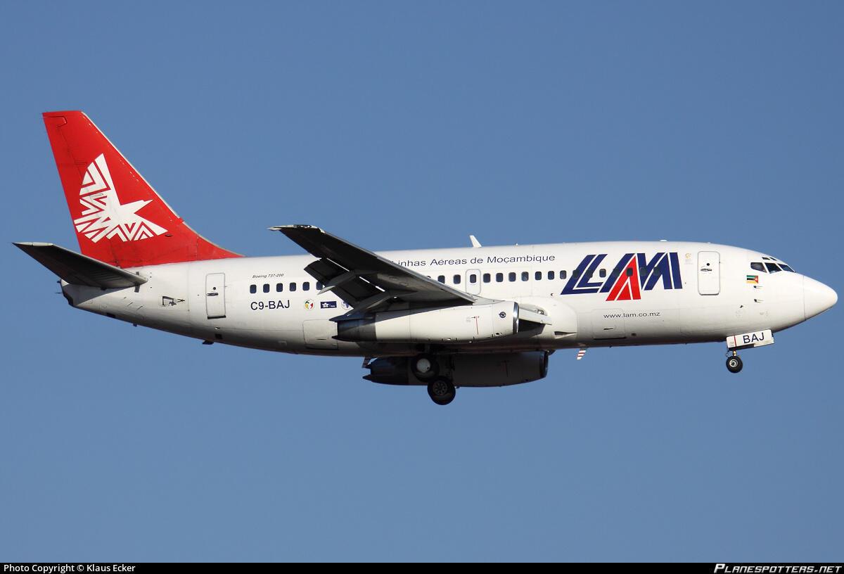 Avião das Linhas Aéreas de Moçambique - LAM - a aviação civil pode entrar em colapso de as fronteiras continuarem encerradas e os voos internos interrompidos devido à pandemia de Covid-19.
