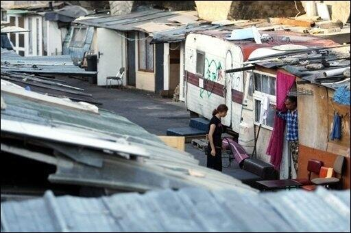 Favela na região parisiense ocupada por ciganos
