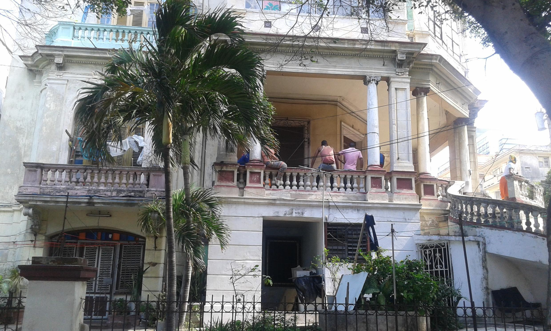 Cette belle maison bourgeoise du quartier du Vedado est désormais divisée en multiples appartements, en raison de la pénurie de logements à La Havane.