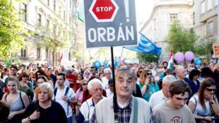 Milhares de húngaros protestam contra Viktor Orban em Budapeste, Hungria, em 21 de abril de 2018.