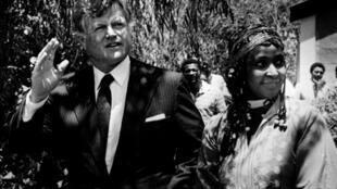 Le sénateur Edward Kennedy marche aux côtés de Winnie Mandela, épouse de Nelson Mandela, le 9 janvier 1985