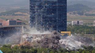 Hình ảnh vụ nổ đánh sập văn phòng liên lạc liên Triều tại Kaesong, trên đất Bắc Triều Tiên ngày 16/06/2020. Ảnh do KCNA công bố.