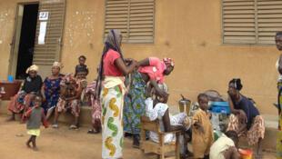 Des femmes maliennes devant l'école Aminata Diop de la commune IV de Bamako au Mali.