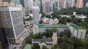 Đất chật người đông, lại thêm nhà giàu Hoa lục tràn sang, nhà ở Hồng Kông thuộc loại đắt đỏ nhất thế giới.
